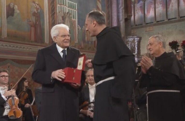 MATTARELLA ad Assisi riceve la lampada della pace
