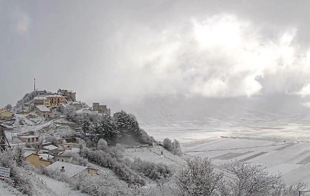 Umbria, lo spettacolo della neve a Castelluccio di Norcia
