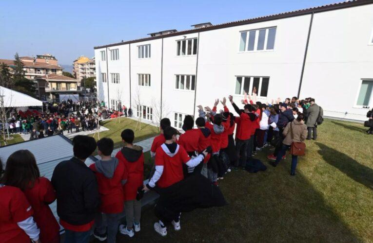 «Prof, è bellissima»: 1.181 giorni dopo il sisma la festa dei ragazzi nella nuova «Carducci-Purgotti»