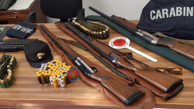 Cacciatore senza licenza di porto d'armi continuava a sparare, fucili Ritirati