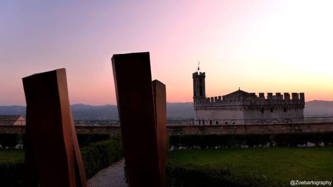 Il dialogo tra scultura e spazio nella mostra di Claudio Borghi a Palazzo Ducale di Gubbio.