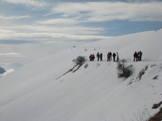 La ciaspolata in Umbria: passeggiare sulla neve per fare sport e riscoprire il passato.